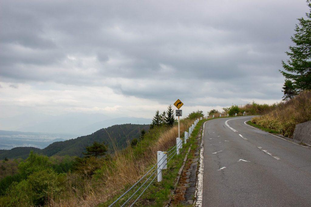 12:51 諏訪盆地を見下ろしながら走る。