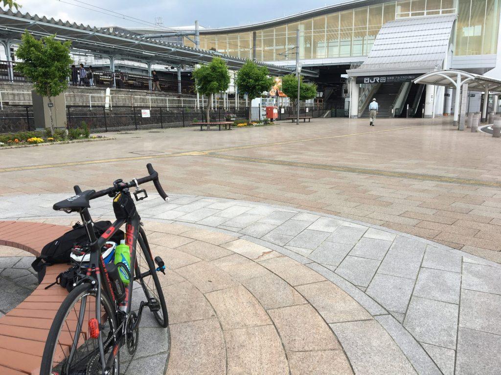 13:54 松本駅アルプス口で輪行準備。